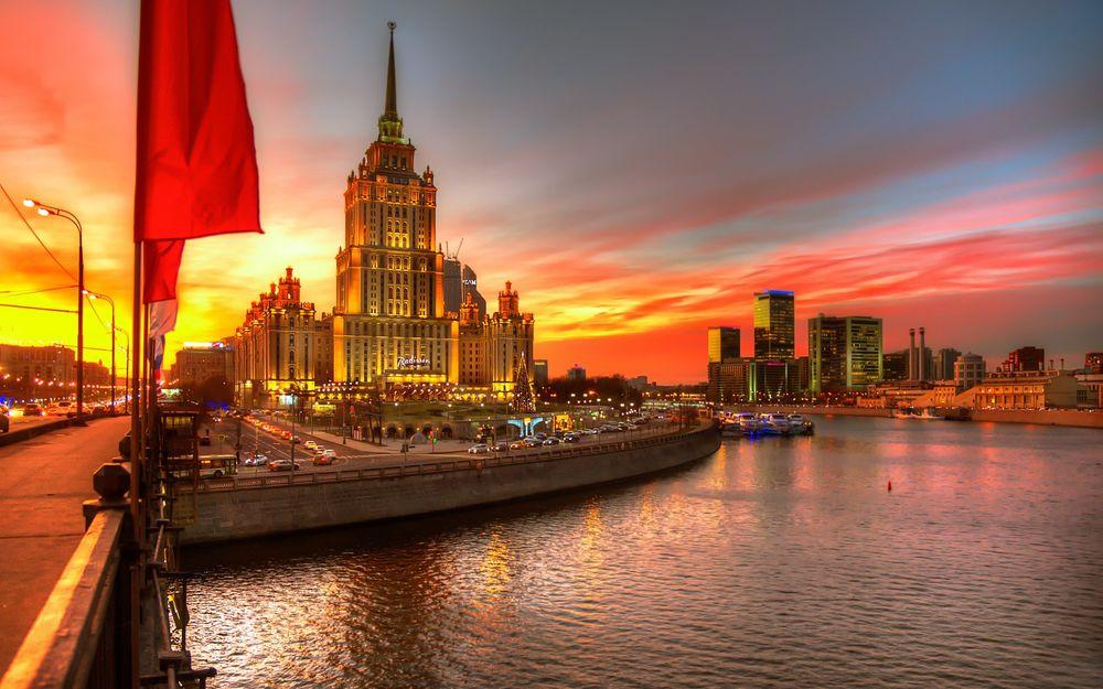 Обои для рабочего стола Гостиница Рэдиссон Ройал на фоне заката, Москва, Россия