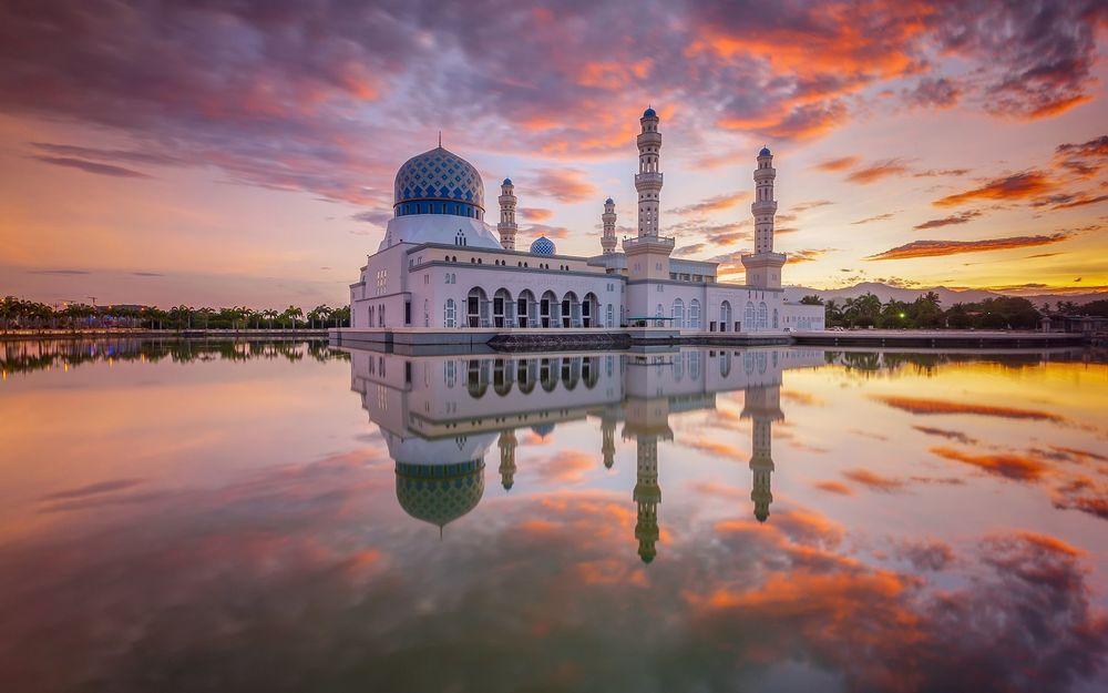 Обои для рабочего стола Мечеть под вечерним небом и ее отражение в воде
