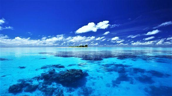 Обои Далекий остров на мелководье под облачным небом