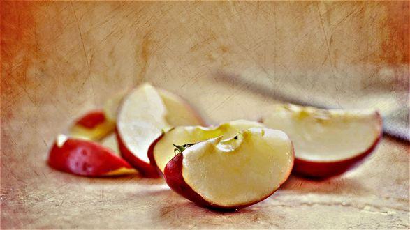 Обои Разрезанное яблоко на размытом фоне