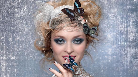 Обои Светловолосая девушка с ярким макияжем и прической, украшенной бабочками