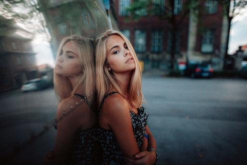 Обои Девушка стоит на улице города, фотограф Tony Andreas Rudolph