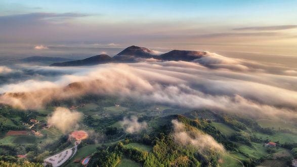 Обои Euganean hills / Эуганские холмы в облаках, Italy / Италия, фотограф Arthur Cross