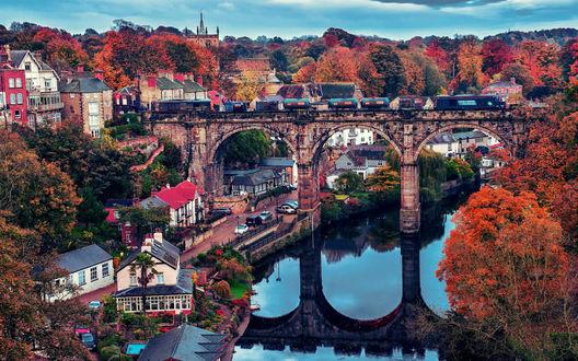 Обои Железнодорожный мост через реку осенью в европейском городе