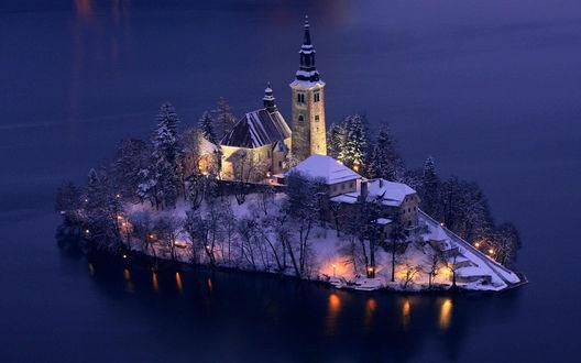 Обои Церковь Успения Девы Марии на острове Блед / Bled, покрытый снегом и освещенный вечерними огнями, Словения / Slovenia