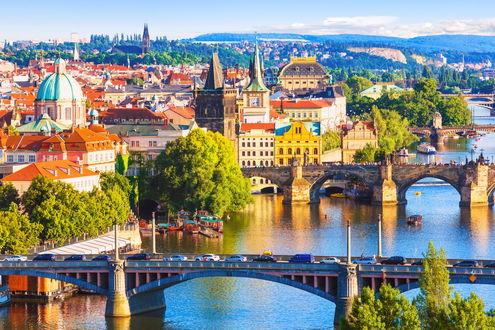 Обои Прага / Prague Чехия / Czech Republic, освещенная ярким солнцем летом. Вид на Карлов мост