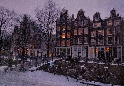 Обои Жилые дома зимой под моросящем снегом, люди идут домой мимо припаркованных велосипедов на мостовой вечером, Amsterdam / Амстердам. Фотограф David Clifford