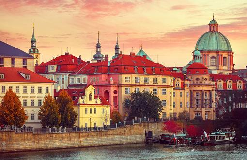 Обои Набережная реки с лодками в европейском городе с соборами осенью на закате