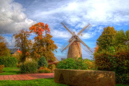 Обои Мельница под небом с облаками среди сада с деревьями осенью
