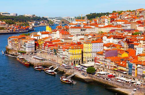 Обои Portus Cale / Портус Кале - город в Португалии, залитый солнцем и набережная реки с кораблями