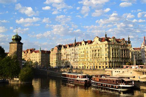 Обои Порт с кораблями на реке в европейском городе под голубым небом с облаками