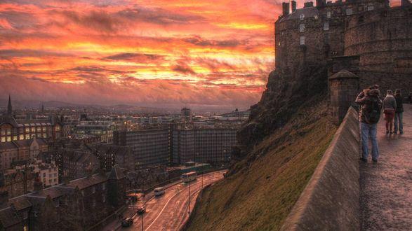 Обои Туристы фотографируют огненный закат над городом Edinburgh / Эдинбург, Scotland / Шотландия