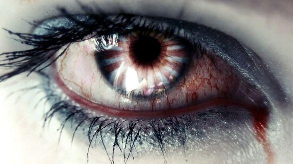 Обои Глаз налитый кровью с голубой подводкой