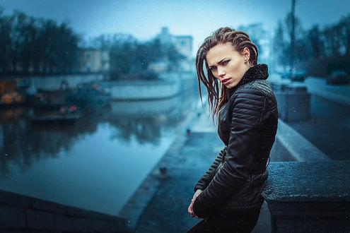 Обои Модель Наталия стоит на набережной в городе, в прохладную погоду, фотограф Иван Горохов
