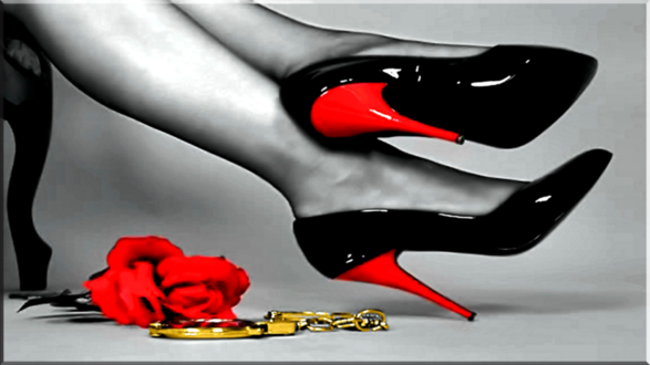 Обои Ноги девушки в черных туфлях, красная роза и наручники на полу