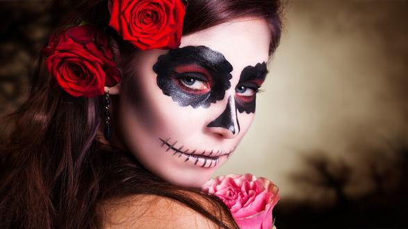 Обои Девушка с макияжем черепа и с красными розами на голове