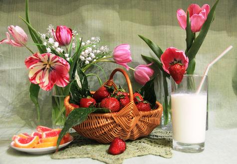 Обои Спелая клубника в корзинке, мармелад на тарелке, молочный коктейль в стакане и тюльпаны с ландышами на фоне ткани