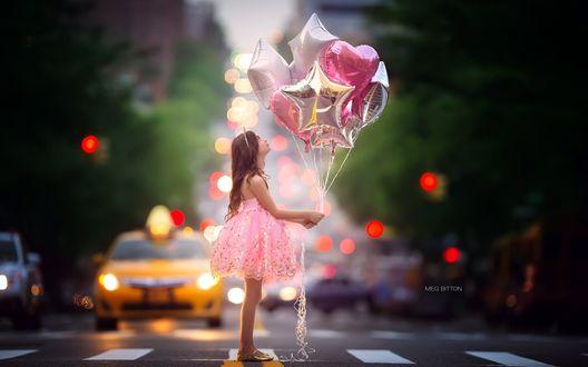 Обои Девочка в розовом платье с блестками держит в руках воздушные шарики разной формы, стоя на автостраде, by Meg Bitton