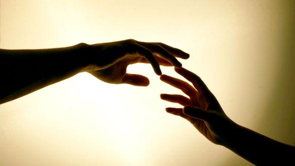 Обои Руки мужчины и девушки тянутся друг к другу на желтом фоне