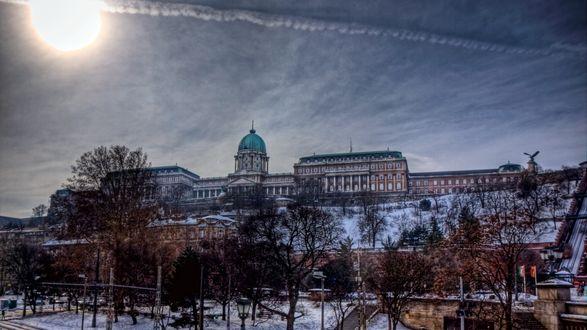 Обои Здание с зеленым куполом на возвышении среди деревьев зимой под снегом