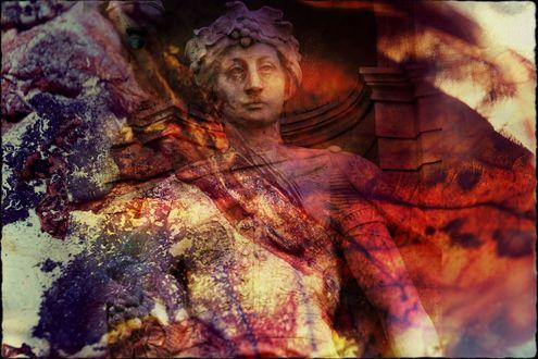 Обои Коллаж. Каменный римский легионер на фоне разрушенной стены в дыму