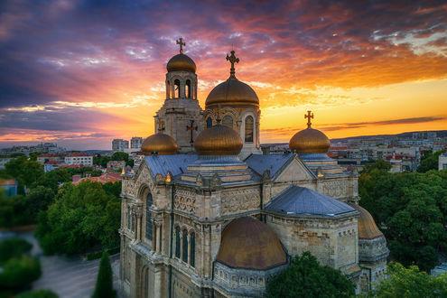 Обои Вид на Успенский собор в Varna, Bulgari / Варне, Болгария под облачным небом на закате, фотограф Valentin Valkov