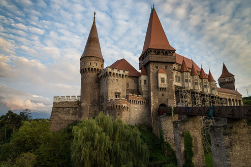 Обои Замок графа Дракулы в Romanya / Румынии летом на фоне неба с облаками, автор Sebastian Nicolae