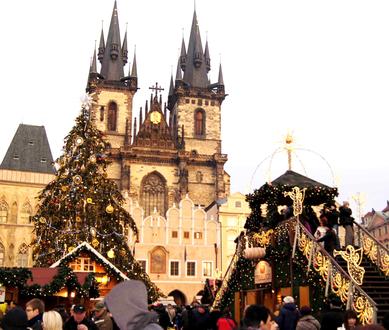 Обои Собор в Праге, Чехия в Рождество. Люди гуляют возле наряженной елки