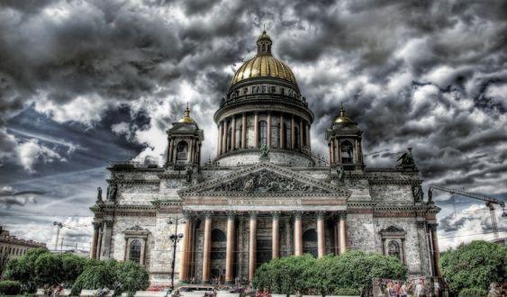 Обои Исаакиевский собор в Санкт-Петербурге на фоне густых облаков