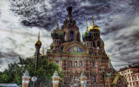 Обои Храм Спас на Крови в Санкт-Петербурге на фоне неба в облаках