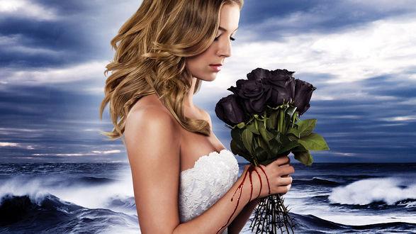 Обои Девушка на берегу моря держит букет из черных роз. По рукам течет кровь