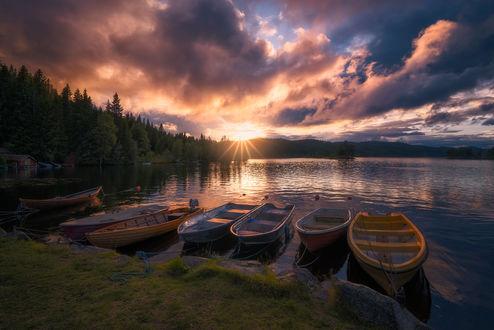 Обои Лодки, причаленные к берегу, на озере Ringerike, Norway / Ringerike, Норвегия, фотограф Ole Henrik Skjelstad