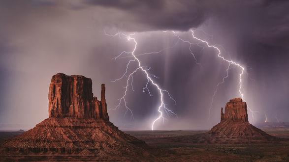 Обои Разряды молнии сверкают над Долиной Монументов, США