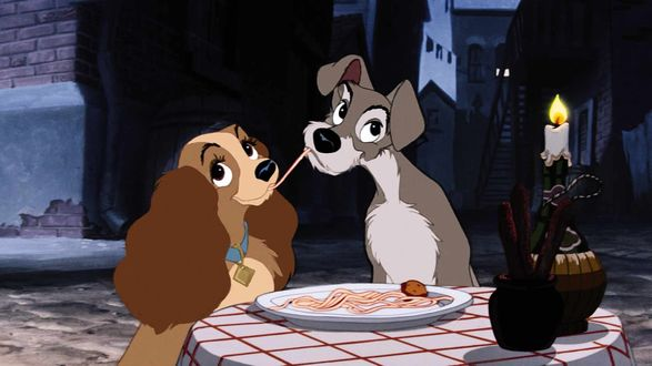 Обои Леди / Lady и Бродяга / Tramp едят одну макаронину, персонажи мультфильма Леди и бродяга / Lady and the Tramp