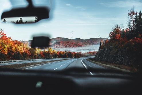 Обои Вид на дорогу через лобовое стекло авто, фотограф Laureen Burton