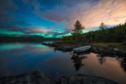 Обои Лодка на озере Ringerike, Norway / Ringerike, Норвегия под ночным небом, фотограф Ole Henrik Skjelstad