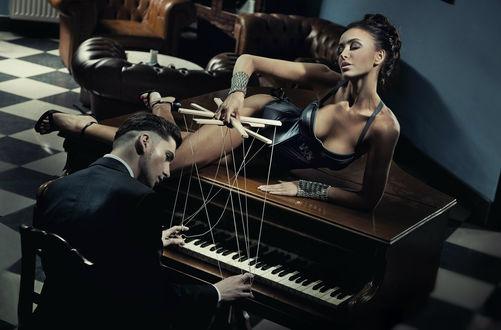 Обои Элегантный парень - музыкант и его муза лежит на рояле перед ним, фотограф Конрад Бак