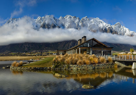 Обои Домик, окруженный водой, стоит на фоне гор в белом облаке, New Zealand / Новая Зеландия, фотограф Trey Ratcliff / Трей Ратклифф