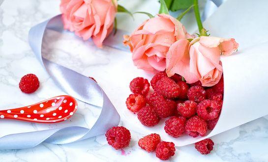 Обои Розовые розы с малиной и лентой