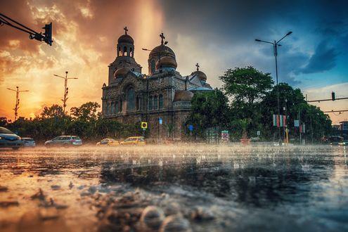Обои Успенский собор в центре Варны под летним дождем, фотограф Valentin Valkov