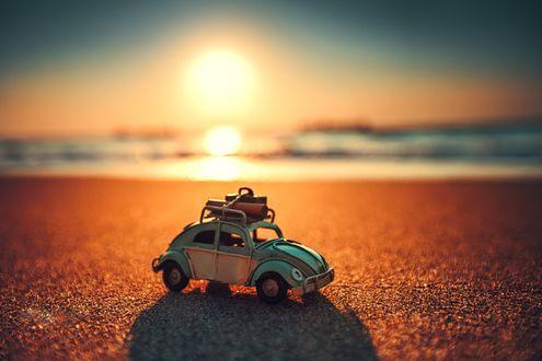 Обои Красивый восход солнца на тропическом островном пляже с игрушечным автомобилем, фотограф Валентин Валков