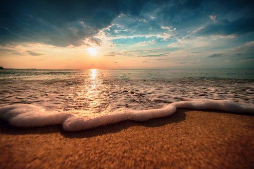 Обои Красивый облачный пейзаж над морем, восход солнца, фотограф Валентин Валков