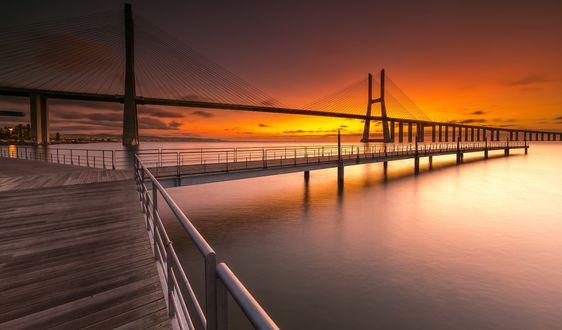 Обои Мост Vasco da Gama / Васко да Гама, Lisboa / Лиссабон на фоне горячего рассвета, фотограф Marco Lemos