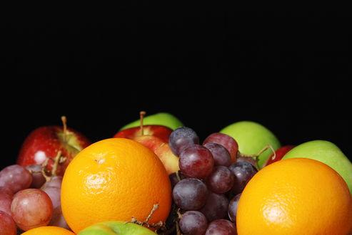 Обои Натюрморт с фруктами яблоками, апельсинами и виноградом на черном фоне
