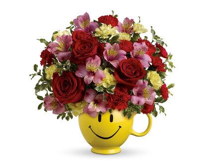 Обои Букет цветов в смешной кружке с рисунком улыбки