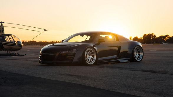 Обои Audi R8 стоит в аэропорту