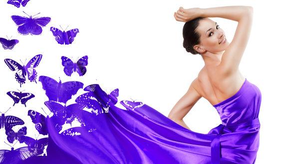 Обои Улыбающаяся темноволосая девушка в развевающемся сиренево-лиловом платье, с которого выпархивают бабочки