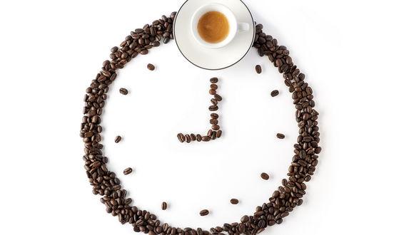 Обои Часы, сложенные из кофейных зерен и чашки кофе, на белом фоне