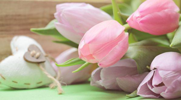Обои Нежные розовые, сиреневые тюльпаны и сердечко рядом