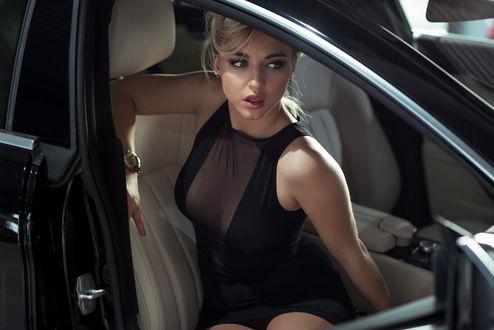Обои Симпатичная девушка в черном платье сидит в авто, фотограф Ben haЇm David